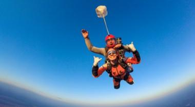 Оплатить экстремальный отдых (прыжок с парашютом, с веревкой, дрифт и т. п.)