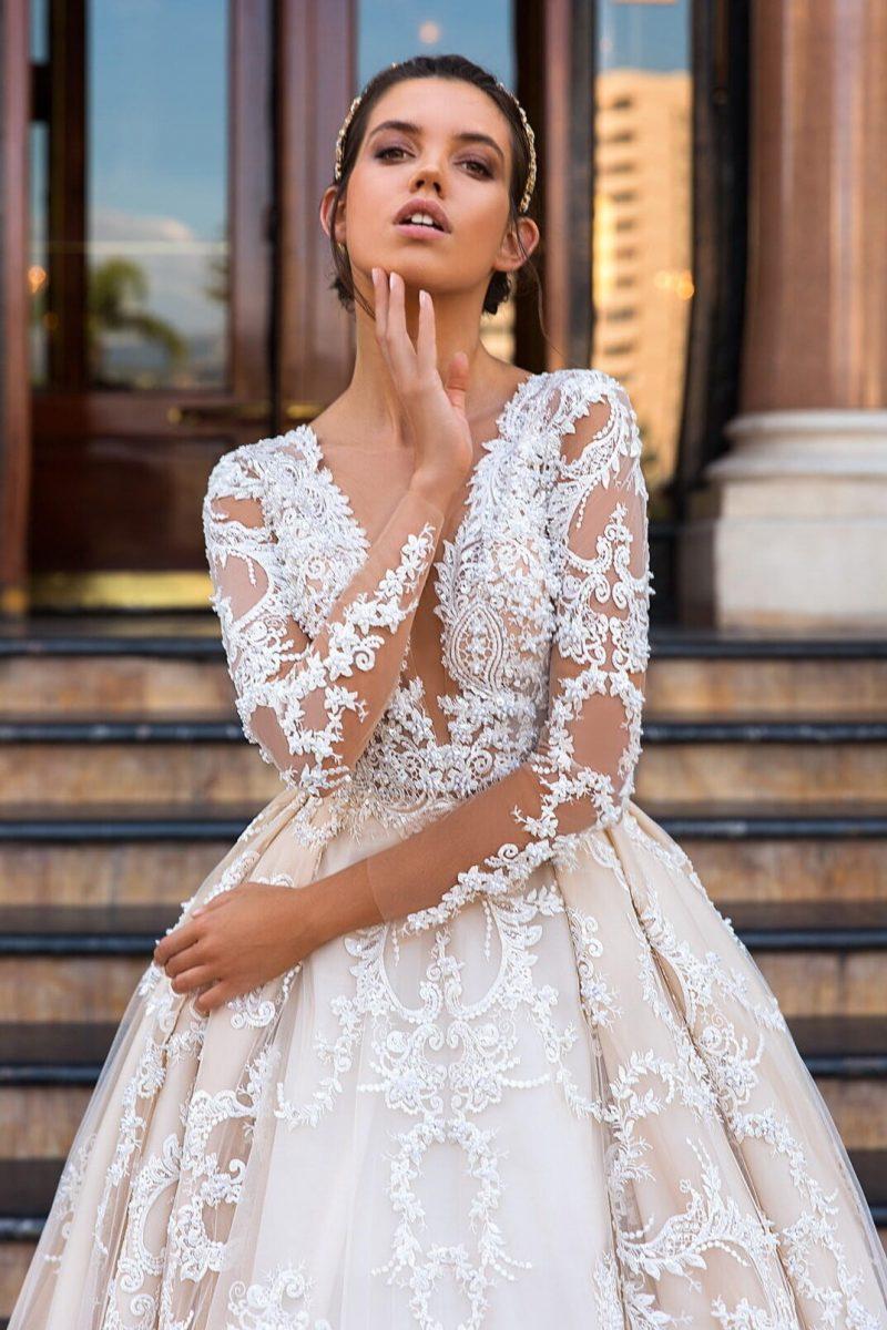 1f588f9c1de Новые коллекции знаменитых брендов наполнены кружевными платьями разной  длины  со шлейфами и рукавами